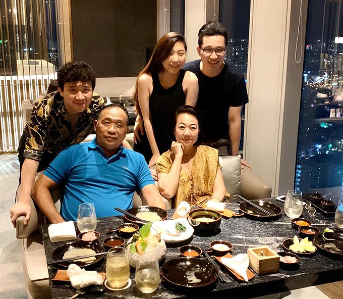Trấn Thành tổ chức buổi tiệc nhỏ mừng sinh nhật mẹ. Trong ảnh là bố mẹ anh cùng vợ chồng em gái và vắng mặt Hari Won.