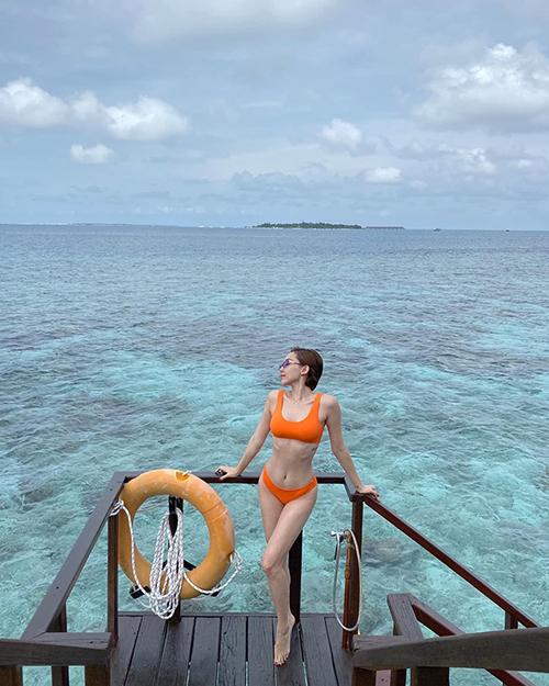 Tóc Tiên thả dáng với áo tắm trên biển Maldives.