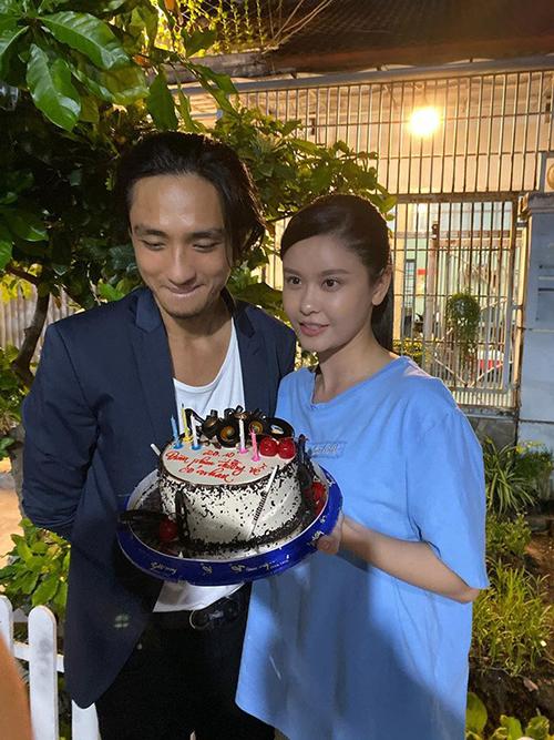 Ca sĩ Trương Quỳnh Anh chia sẻ ảnh chụp cùng Hữu Vi khi cả hai cùng tham gia một dự án. Tuy nhiên nhan sắc của nam diễn viên khiến nhiều người tiếc nuối.