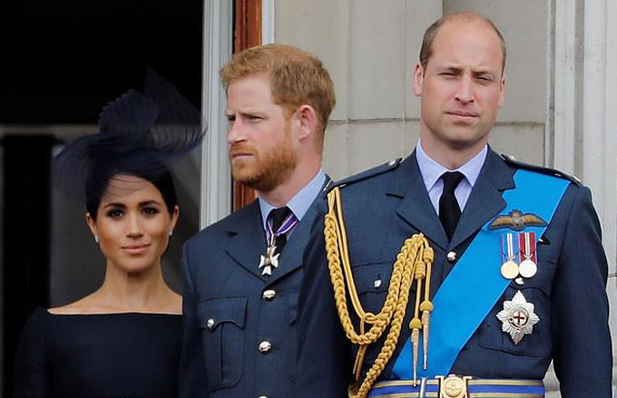 William và vợ chồng Harry - Meghan trên ban công Điện Buckingham nhân sự kiện kỷ niệm 100 năm ngày thành lập lực lượng Không quân Hoàng gia hồi tháng 7/2018. Ảnh: AFP.
