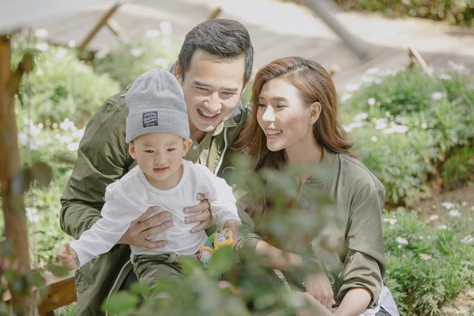 Thúy Diễm và Lương Thế Thành vừa kết thúc lịch ghi hình phim Mẹ ghẻ. Bé Bảo Bảo được ông bà nội bế lên Đà Lạt thăm bố mẹ.