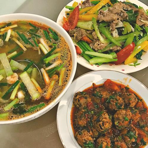Bữa cơm của Bích Phương gồm có thịt bò xào ớt chuông, canh bầu tôm, thịt mọc sốt cà chua.