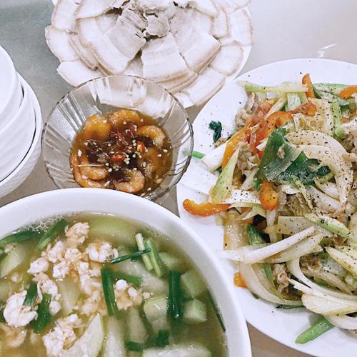 Mỗi bữa cơm cơ bảncủa giọng ca Đi đu đưa đi thường có 3 món: một món canh, món xào/kho và món luộc.