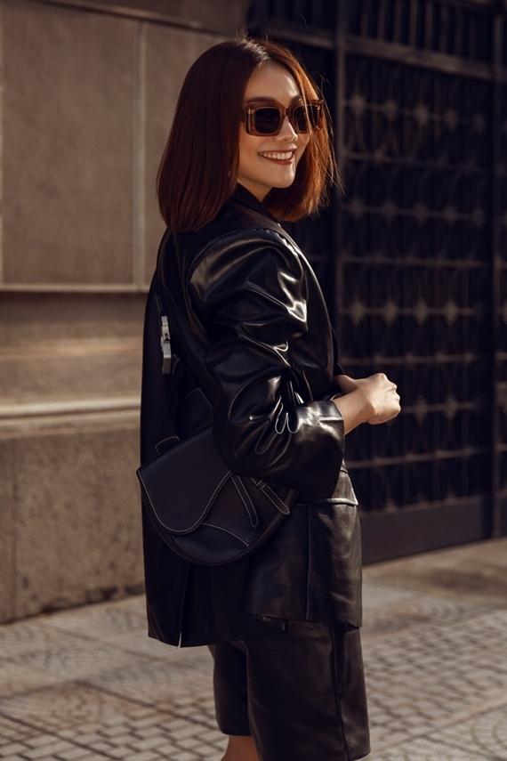 Chân dài hoàn thiện phong cách street style với mắt kính và túi yên ngựa Dior.
