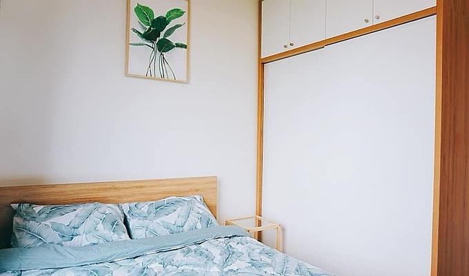 Tủ quần áp lắp sát vào tường giúp Nhung tận dụng tối đa không gian trong phòng ngủ.