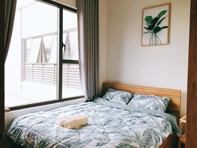 Phòng ngủ lớn với nguyên tắc phối màu giống với tổng thể. Giường trong phòng ngủ lớn có chiều dài 160 cm nên có hộc tủ.