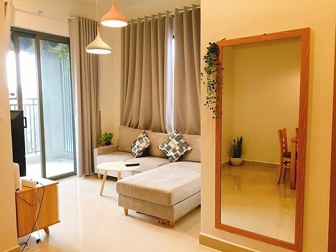 Căn hộ chung cư của Phùng Thị Thảo Nhung, giám đốc công ty du lịch trực tuyến, có diện tích 51,2 m2, gồm 2 phòng ngủ (phòng lớn 10 m2, phòng nhỏ 6m2), một phòng khách thông bếp và một nhà tắm. Căn góc với ưu điểm 2 cửa sổ lớn hứng sáng là điều mà Nhung Phùng rất tâm đắc về không gian sống của mình.