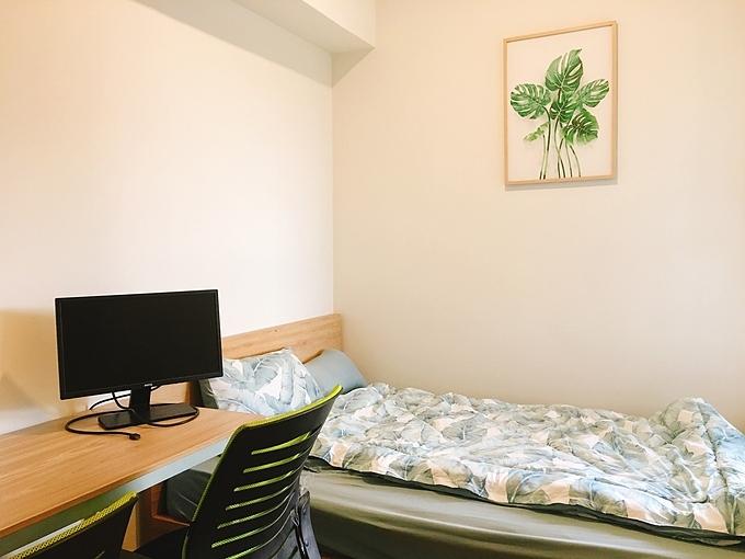 Phòng ngủ nhỏ được thay đổi công năng thành phòng ngủ + phòng làm việc. Giường có chiều dài 140 cm.Khi chọn đơn vị thi công đồ gỗ, Nhung chú ý tới các yếu tố: bảo hành lâu (5-10 năm), hỗ trợ khách hàng tốt, nhận được nhiều đánh giá tốt từ các người dùng khác và giá cả hợp lý.