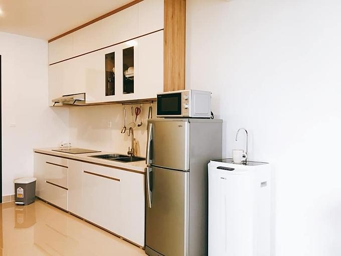 Kiểu nội thất đơn giản, phối trắng ở các mặt ngoài và màu gỗ tự nhiên mặt trong như tủ bếp, kệ tivi...