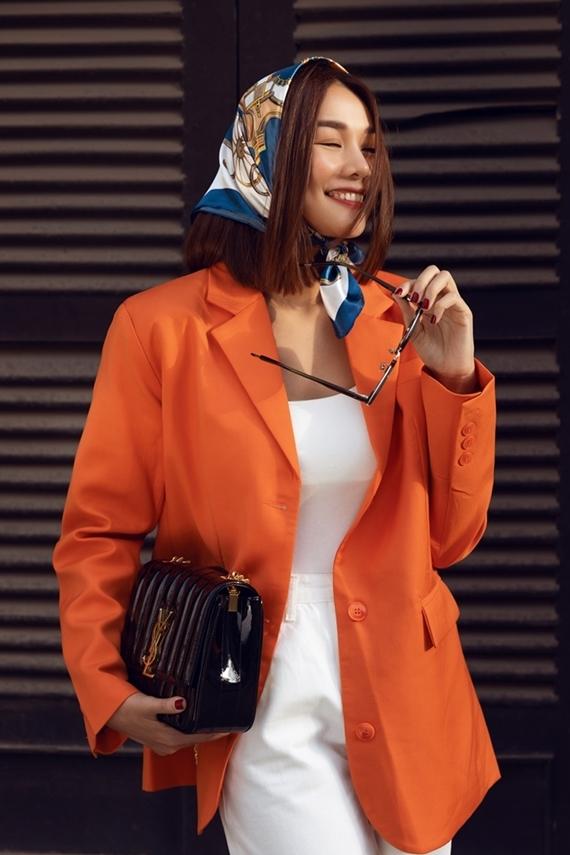 Tổng thể cuốn hút nhờ chiếc khăn lụa được biến tấu thành khăn quấn đầu lạ mắt và túi xách hiệu YSL.