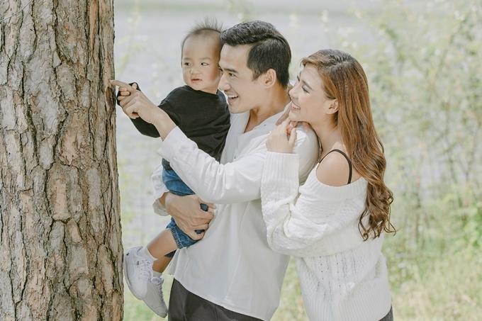 Biết Thúy Diễm vất vả, Lương Thế Thành luôn ủng hộ, động viên tinh thần bà xã. Anh cũng không ngại làm việc nhà, chăm sóc con trai cho vợ có thêm thời gian nghỉ ngơi.