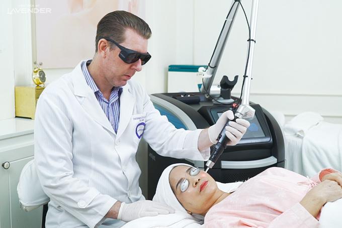 Cô Hoa được chuyên gia laser John Lindsay trực tiếp trị liệu.