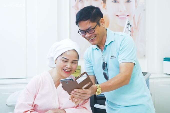 Vợ chồng cô Hoaphấn khởi trước kết quả cải thiện làn da.