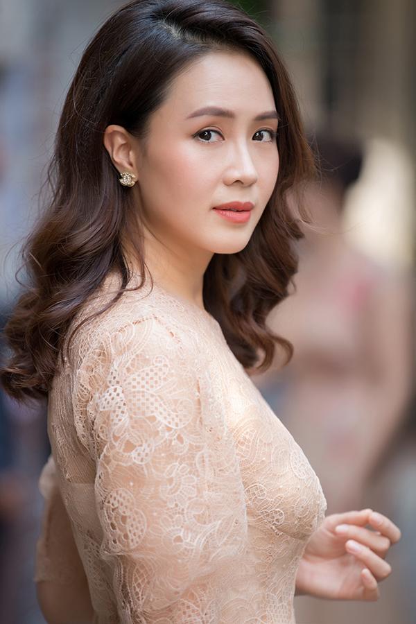 Tại sự kiện hôm qua, Hồng Diễm được nhiều người khen gợi cho nhan sắc ở tuổi 37. Cô hiện được nhiều khán giả truyền yêu thích với vai nữ chính trong phim Hoa hồng trên ngực trái.