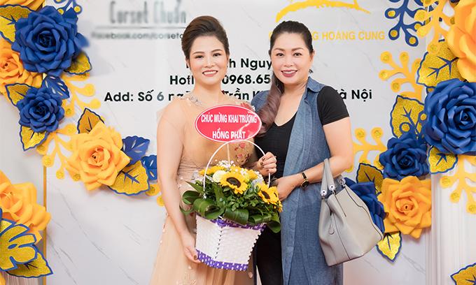 Diễn viên Thanh Tú ôm hoa đến chúc mừng người bạn lên chức bà chủ.