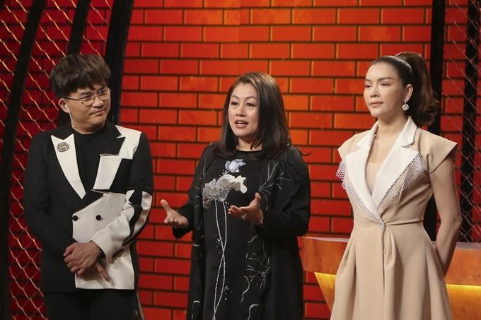 Lý Nhã Kỳ cùng giám khảo Tịnh Hải và MC Đại nghĩa trong tập 8 chương trình Top Chef.