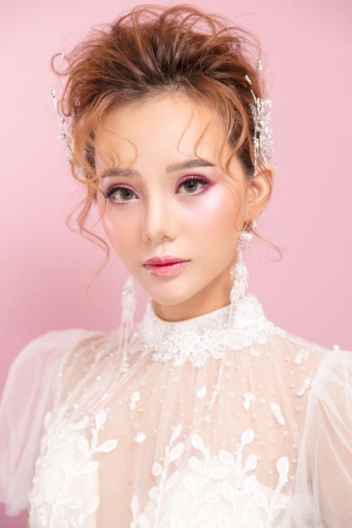 Bên cạnh hot trend makeup tông cam cháy, màu đất của mùa cướithì tông hồng baby là một sự lựa chọn an toàn, dễ phù hợp với nhiều tông da, từ trắng tới vàng của cô dâu Á đông.