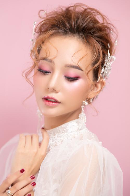 Bộ ảnh được thực hiện bởi trang điểm: Hồ Thiên Tuấn, nhiếp ảnh: KD Trần, làm tóc: Sala Lê, người mẫu: Phạm Ngọc.