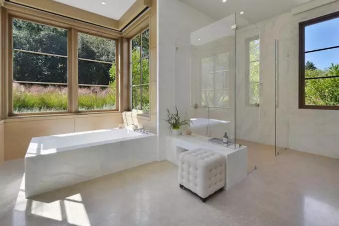 Mỗi phòng ngủ lớn đều có phòng tắm rộng rãi được lát đá cẩm thạch và có những ô cửa sổ bằng kính hướng ra vườn với không gian xanh.
