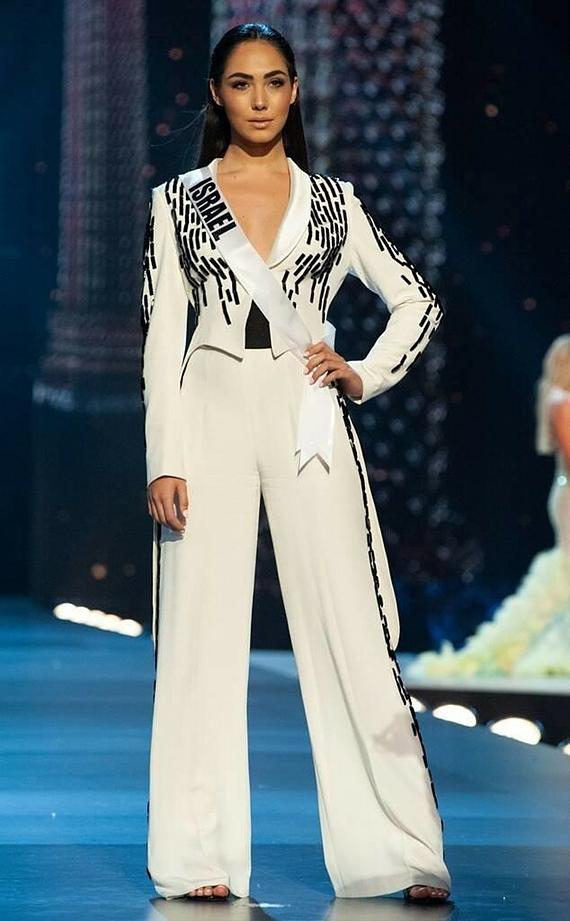 Hoa hậu Israel diện hẳn một bộ vest lên sân khấu bán kết Miss Universe 2018.