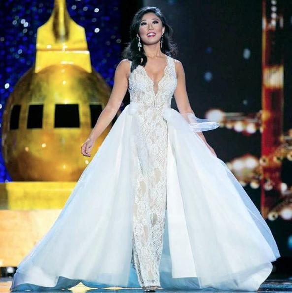 Arianna Quan - Hoa hậu bang Michigan trở thành tâm điểm khi diện jumpsuit trong bán kết Miss Ameria 2017. Người đẹp muốn truyền thông điệp: Hãy là chính mình, bỏ những phán xét trái chiều từ người ngoài về bản thân mình.