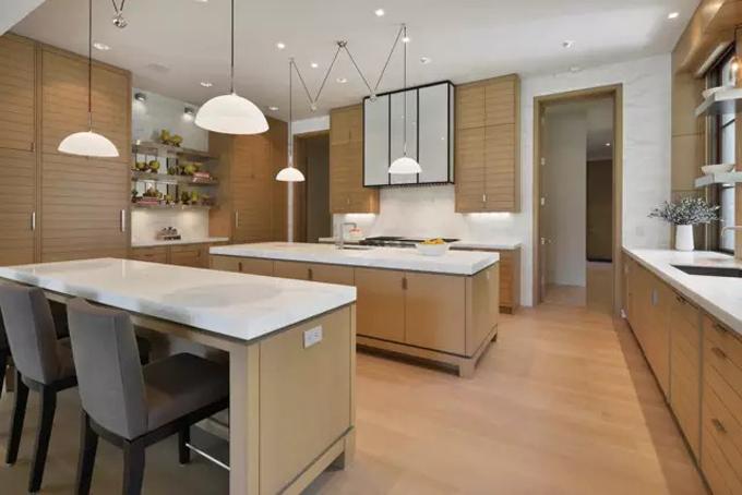 Nhà bếp rộng rãi được thiết kế đơn giản với tông màu chủ đạo là trắng tạo cảm giác sạch sẽ và thông thoáng. Ảnh: BI.