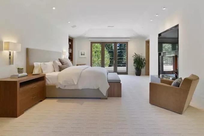Căn biệt thự bao gồm 5 phòng ngủ, trong đó có 2 phòng ngủ lớnnằm ở tầng 1 và tầng 2. Phòng ngủ cũng được thiết kế đơn giản, nội thất trang nhã. Ảnh: BI.