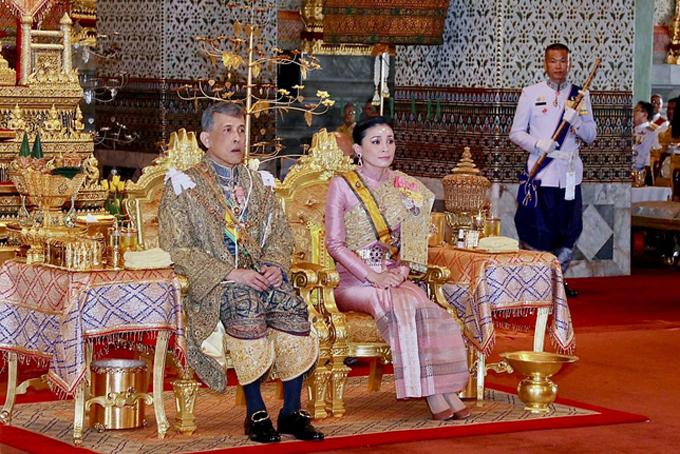 Nhà vua Vajiralongkorn và hoàng hậu Suthida. Ảnh: AP.