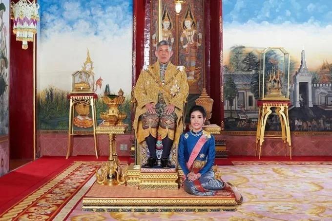 Bà Sineenat chụp hình cùng nhà vua khi chưa bị phế truất các tước vị hoàng gia. Ảnh: AP.