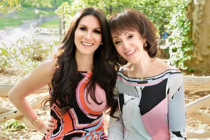 Hai mẹ con bà Janis, người sáng lập dịch vụ mai mối Serious Matchmaking. Ảnh: BI