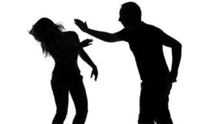 Cựu công an cầm kéo đâm thủng đùi vợ cũ bị khởi tố