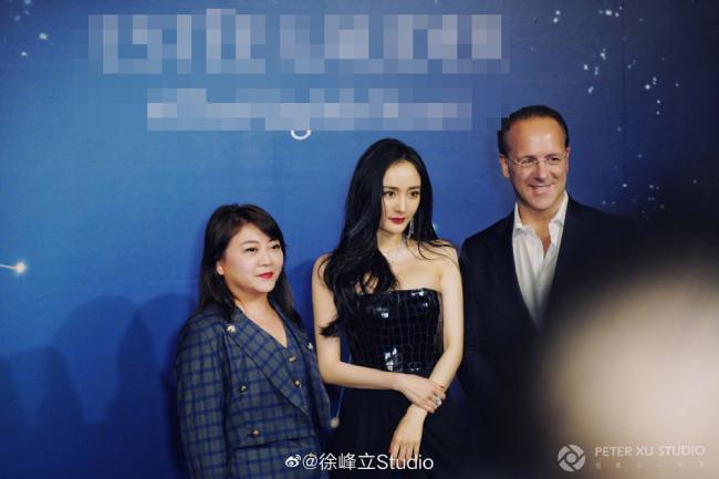 Dương Mịch chụp hình cùng Chủ tịch của thương hiệu, ông StephaneFaverie trong sự kiện.