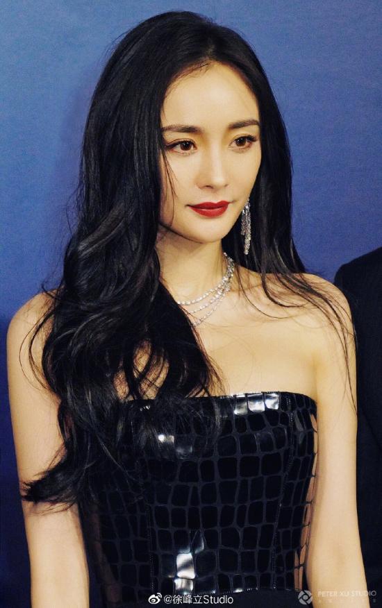 Nữ diễn viên Dương Mịch dự sự kiện của một thương hiệu mà cô là gương mặt đại diện, hoạt động diễn ra tại Thượng Hải đêm 22/10. Ngôi sao Hoa ngữ diện trang phục thuộc bộ sưu tập thu đông 2019 của Alex Perry, kèm trang sức của DeBeers Mang Beers, trông vô cùng xinh đẹp.