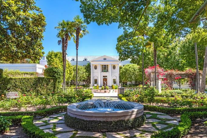 Theo tờ Los Angeles Times, dinh thự có tên Casa Encantada tại khu vựcBel-Air, nơi tập trung giới siêu giàuthuộc bang California của Mỹ đang được rao bán với giá 225 triệu USD. Nếu được bán với mức giá này, đây sẽ là dinh thự đắt nhất tại Mỹ. Ảnh: BI.