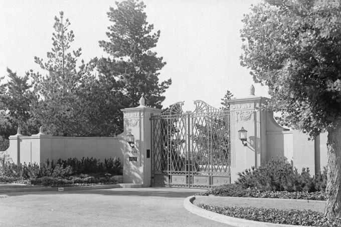 Dù đang được rao bán nhưng không có hình ảnh nào về nội thất hiện tại của dinh thự được công bố. Chỉ có một số thông tin được tiết lộ như dinh thự có một nhà khách, một bể bơi và khu vực dành cho quản gia. Ngoài ra, tại đây cũng có một sân bóng chày, sân tennis, nhà kính, vườn hoa hồng và ao cá koi. Tất cả hình ảnh bên trong của dinh thự đều được chụp từ thập niên 30 của thế kỷ trước. Ảnh: BI.