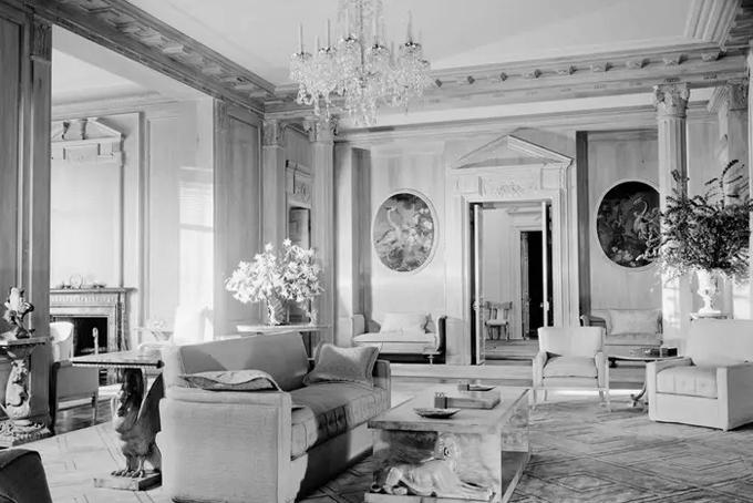 [Captivào năm 1950, dinh thự được bán cho ông trùm ngành khách sạn Conrad Hilton với giá 250.000 USD (tương đương 2,4 triệu USD hiện nay), sau đó về tay tỷ phú David Murdock - chủ tịch, CEO của Dole Foods, với giá 12,4 triệu USD vào năm 1979.