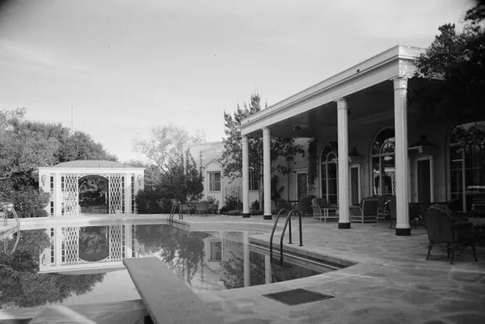 Nhà tài phiệt Winnick đã nhờ kiến trúc sư nổi tiếng Peter Marino cải tạo lại dinh thự này trong thời gian 2 nămvà tiêu tốnhàng triệu USD.