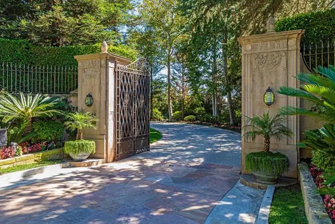 Từ đó đến nay, chưa có hình ảnh nào về dinh thự này được công bố. Hai bức ảnh hiện tại chỉ cung cấp phần cổng vào và toàn cảnh dinh thự nhìn từ xa. Ảnh: BI.