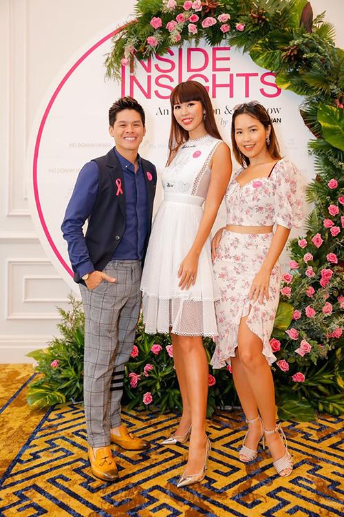 Siêu mẫu Hà Anh cùng em gái và đạo diễn múa John Huy Trần pose hình trong một sự kiện.