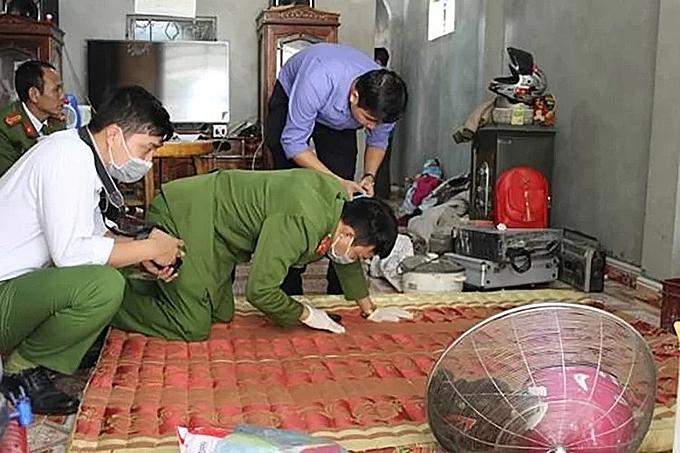 Cảnh sát khám nghiệm hiện trường vụ án tại nhà Công. Ảnh: Công an Điện Biên.