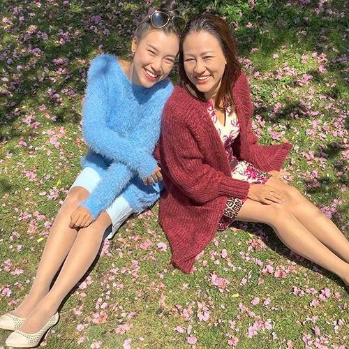 MC Hoàng Oanh chia sẻ khoảnh khắc hạnh phúc bên yên bên mẹ khi du lịch Canada.