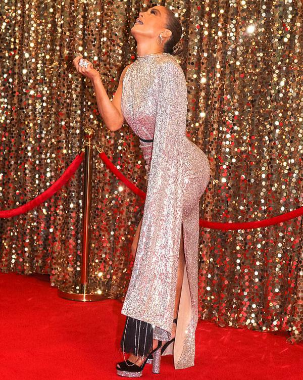 J.Lo tạo dáng chụp hình khoe đường cong. Giọng ca On the Floor sở hữu vòng ba tự nhiên nóng bỏng.