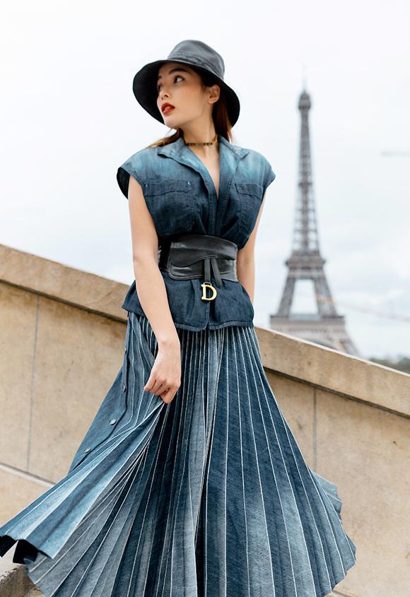 Tạo dáng bên tháp Eiffel, Kỳ Duyên khắc họa hình ảnh quý cô thanh lịch khi diện váy áo denim từ nhà mốt Pháp danh tiếng Dior.
