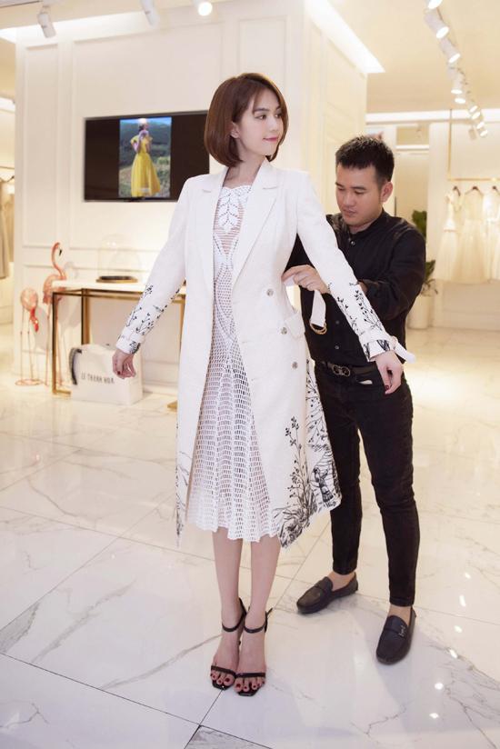 Người đẹp chọn các mẫu váy xuyên thấu, rõ nội y và được nhà thiết kế tư vấn cách chọn trang phục đi kèm để phù hợp với tiết trời mùa thu ở Sa Pa.