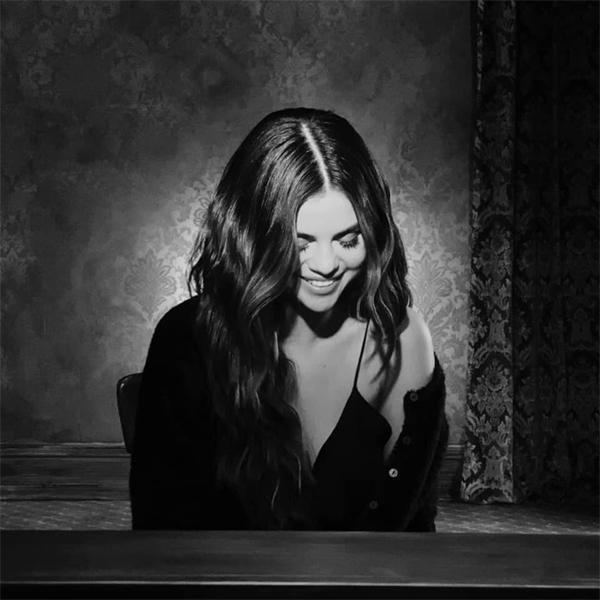 Selena mỉm cười cuối MV.