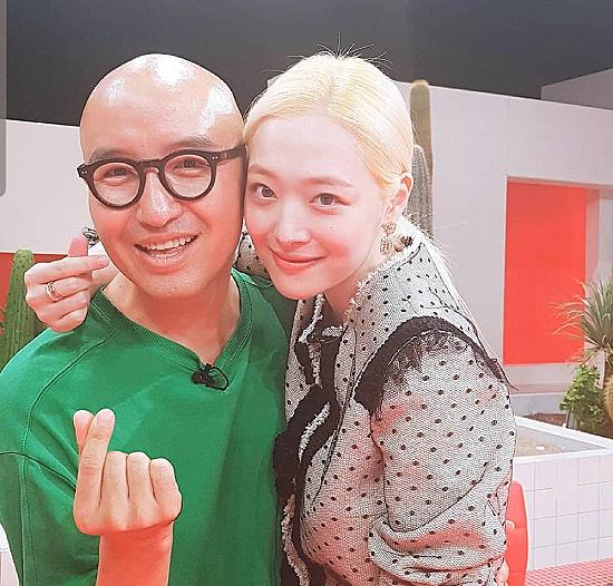 Hong Seok Cheon trong một tấm ảnh chụp cùng Sulli.