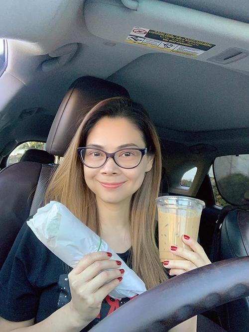 Em hứa là hôm nay bữa cuối em ăn bánh mì, uống cafe sữa và trà sữa nha. Từ mai em giảm cân cho tháng 11 chạy show mặc đồ mới đẹp, ca sĩ Thanh Thảo viết.