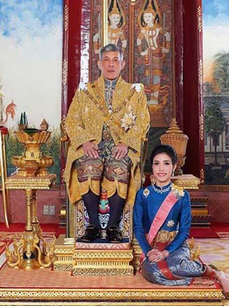 Bà Sineenat trong vai trò Hoàng quý phi trước khi bị phế truất hôm 21/10. Ảnh: Thailands Royal Office.