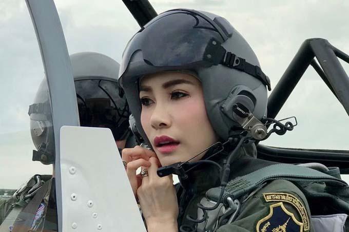 Bà Sineenat từng tham gia huấn luyện quân đội và có bằng phi công. Ảnh: Thailand Royal Office.
