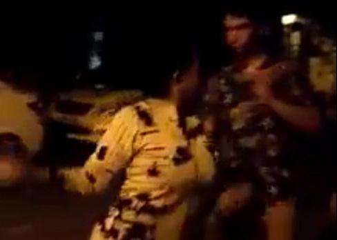 Người phụ nữ có hành động dọa đánh du khách nước ngoài. Ảnh: Cắt clip.